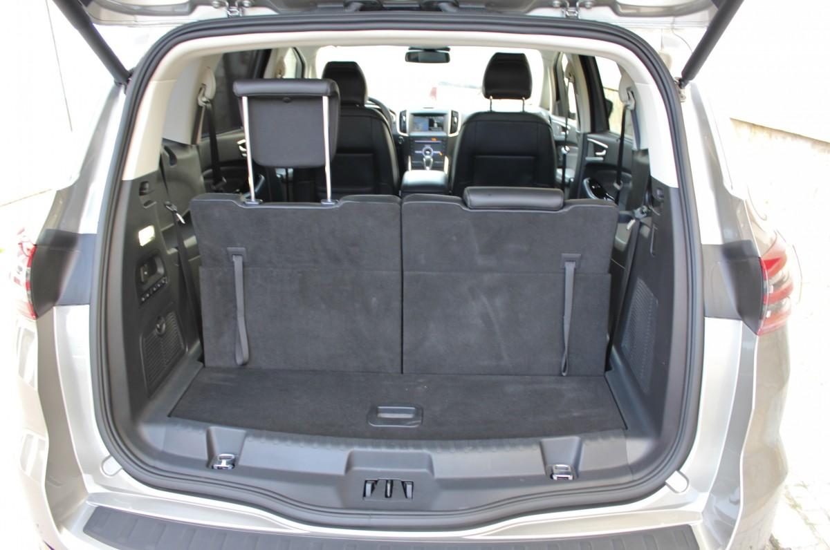 kufr za třetí řadou sedadel