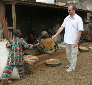 Autor blogu během cesty po Beninu v roce 2008 věnuje dřevěnou tužku.