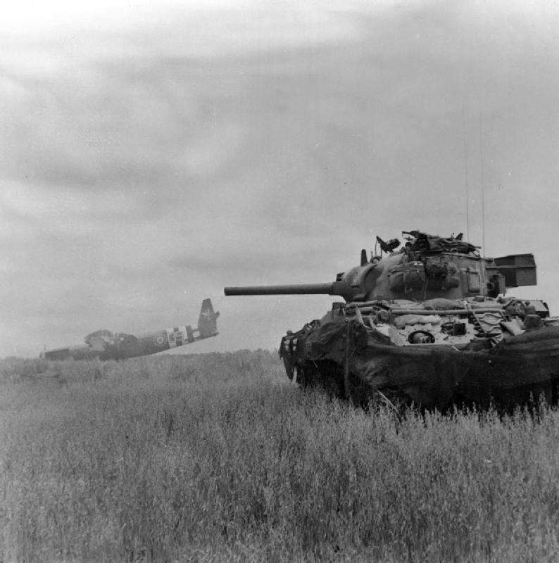 Sherman královských husarů po vylodění v Normandii. Foto Sgt. Christie, No 5 Army Film & Photographic Unit
