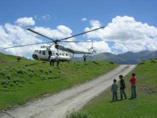 Vrtulník byl v Tuššku atrakcí i pro místní děti.