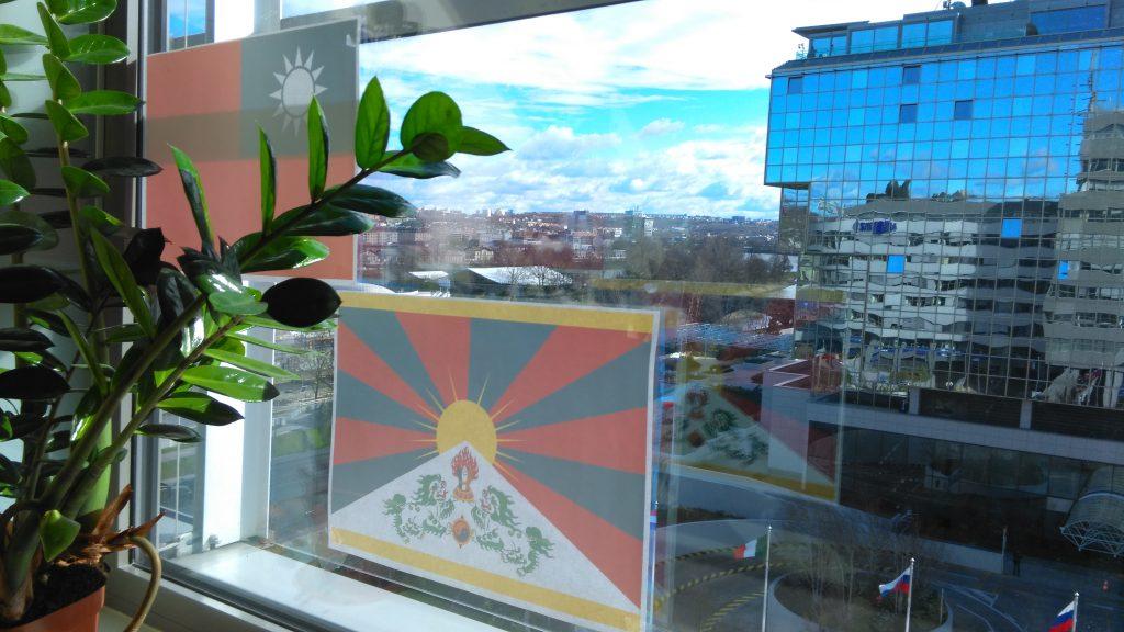 Vlajky Tibetu a Tchaj-wanu v naší kanceláři naproti Hiltonu