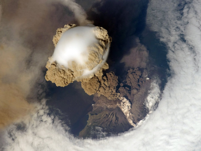 Erupce sopky Saryčeva, Rusko, NASA/ISS Expedition
