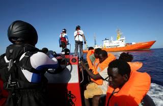 Uprchlíky dovezou italské lodě do Valencie. Humanitární organizace protestují