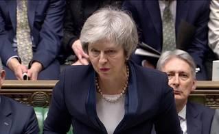 Zdrcující porážka Theresy May. Parlament jasně odmítl dohodu o brexitu